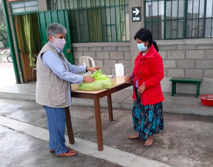 Entrega de desayunos en el proyecto de El Milagro, Trujillo (Perú)