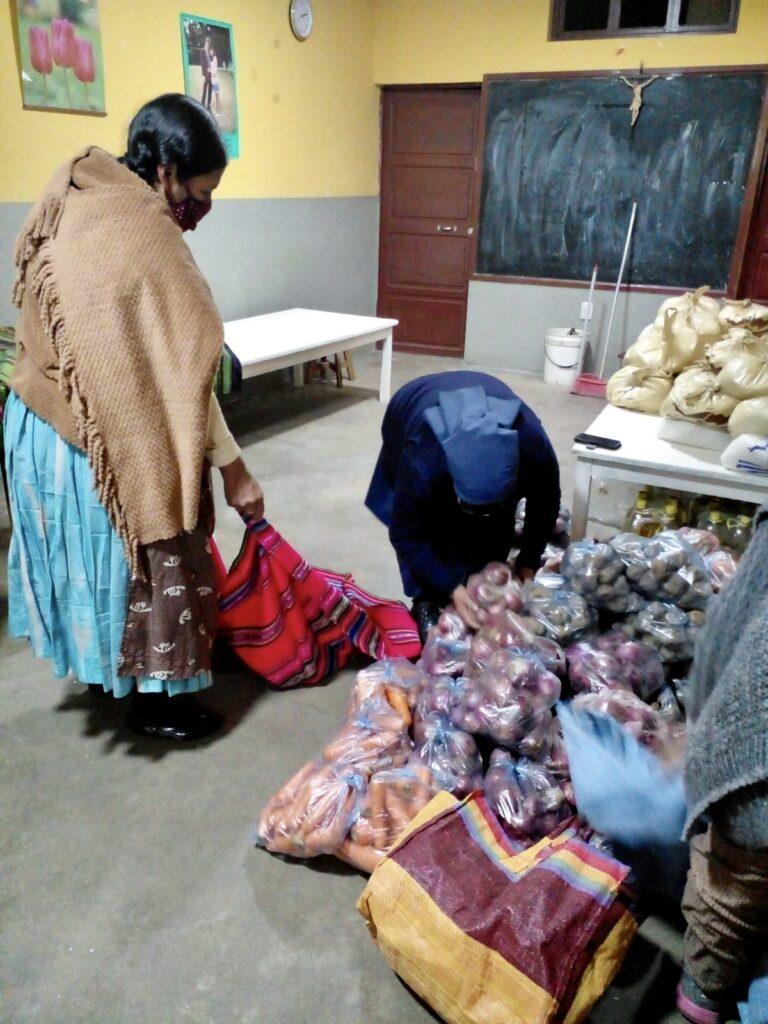 Entrega de alimentos en el Centro Integral San Francisco de Asís de La Paz (Bolivia)
